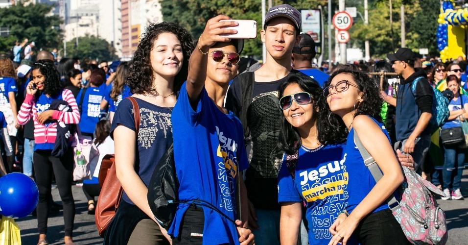 31.mai.2018 - Jovens tiram selfie durante 26ª Marcha para Jesus em São Paulo