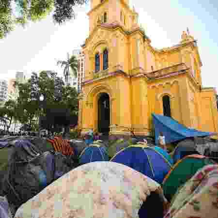 Famílias que viviam no Edifício Wilton Paes de Almeida, no centro, acamparam no Largo do Paiçandú à espera de auxílio  - Bruno Rocha - 22.mai.2018/Fotoarena/Estadão Conteúdo