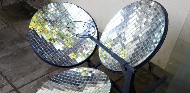 Fogão solar concentra radiação solar no centro para aquecer alimentos