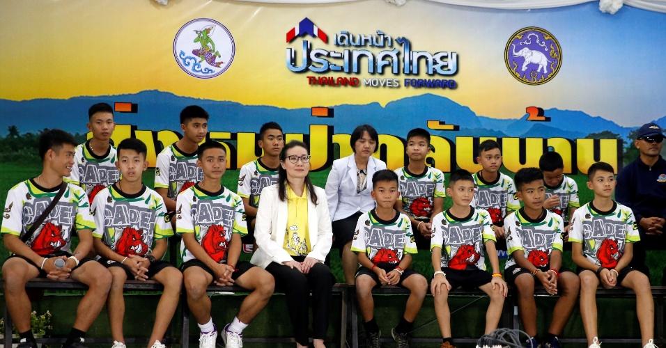 18.jul.2018 - Grupo resgatado de caverna na Tailândia em sua primeira entrevista coletiva na província de Chiang Rai