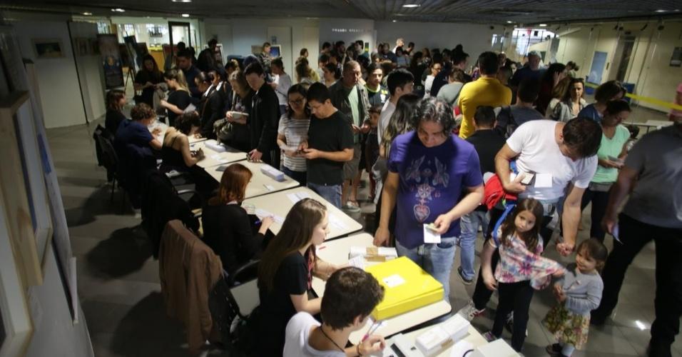 Fila de eleitores para justificar o voto na PUC em Perdizes (SP)