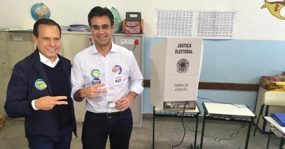 Rodrigo Garcia (DEM), candidato a vice-governador na chapa de João Doria (PSDB), vota em uma escola do Itaim Bibi, na zona sul de São Paulo