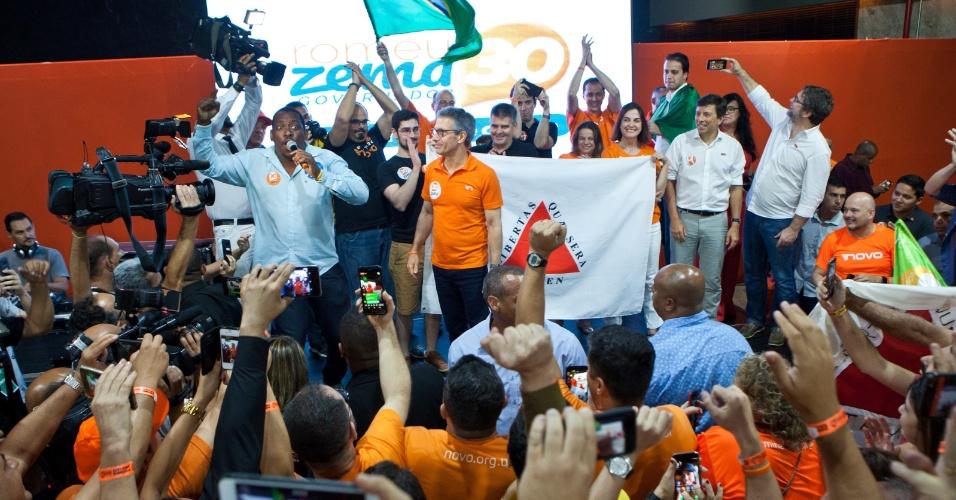 28.out.2018 - O governador eleito de Minas Gerais, Romeu Zema (Novo) comemora com apoiadores em Belo Horizonte