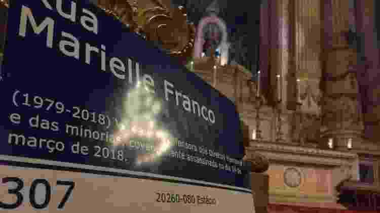 14.mar.2019 - Placa de Marielle Franco foi colocada em altar da Igreja da Candelária - Gabriel Sabóia/UOL