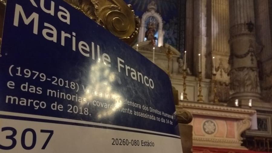 Placa de Marielle é colocada no altar onde foi realizada a missa em memória de um ano sem a vereadora - Gabriel Sabóia/UOL