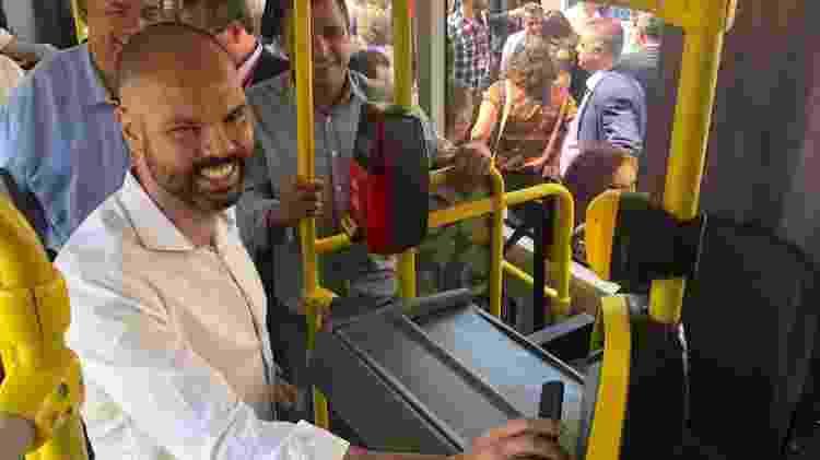 Bruno Covas, prefeito de São Paulo, paga a tarifa do ônibus com celular; sistema de pagamento por aproximação vai funcionar em 200 ônibus da capital paulista - Helton Simões Gomes/UOL
