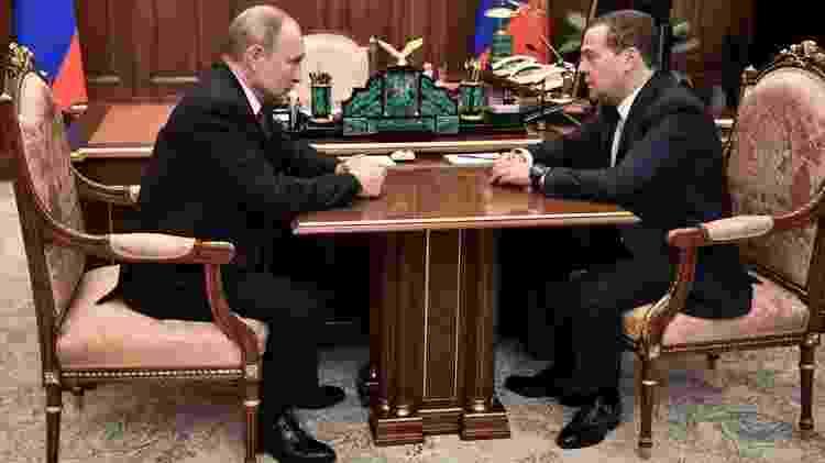 Mandato de Medvedev (dir.) como presidente, de 2008 a 2012, teve forte influência de Putin, então primeiro-ministro - EPA