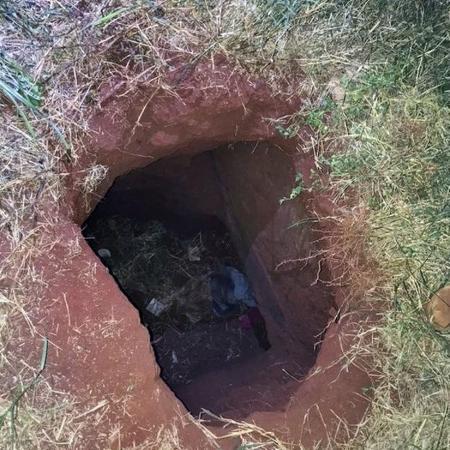 Buraco por onde teriam fugido presos de penitenciária no Paraguai - AFP
