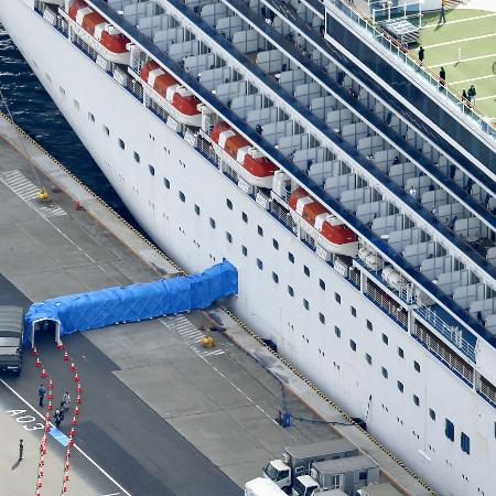 Passageiros desembarcam de navio de cruzeiro Diamond Princess no porto de Yokohama, no Japão - Reprodução
