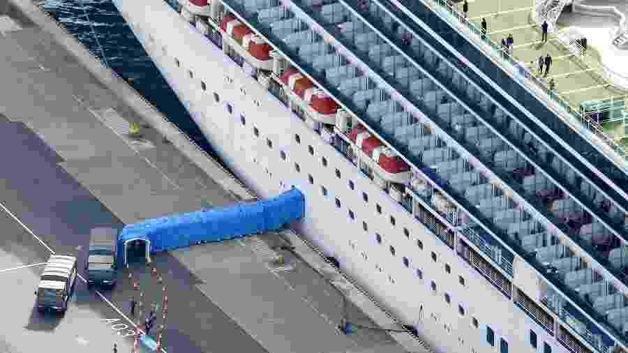 Passageiros desembarcaram de navio de cruzeiro Diamond Princess no porto de Yokohama, no Japão -
