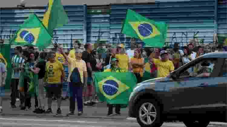 Alguns apoiadores de Bolsonaro protestaram contra quarentenas impostas por autoridades locais - EPA via BBC