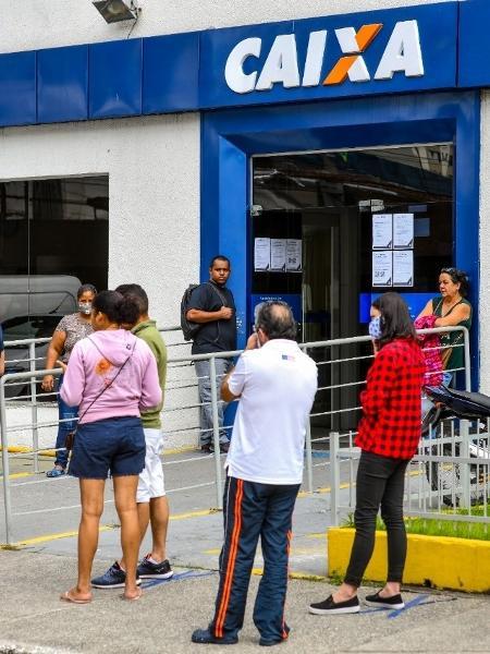 Agências da Caixa e postos de Receita Federal amanheceram lotadas pelo segundo dia consecutivo - Lucas Lacaz Ruiz/ESTADÃO CONTEÚDO