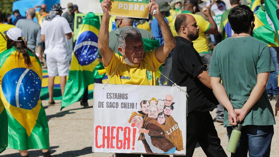 Apoiadores do presidente Bolsonaro exibem faixas contra o STF durante manifestação na Praça dos Três Poderes, em Brasília (31.mai.2020) - Dida Sampaio/Estadão Conteúdo