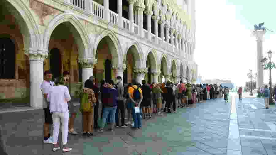13.jun.2020 - Turistas esperam em longa fila para visitar o Palazzo Ducale, uma das construções mais imponentes de Veneza, na Itália, reaberto hoje - Roberto Serra - Iguana Press/Getty Images