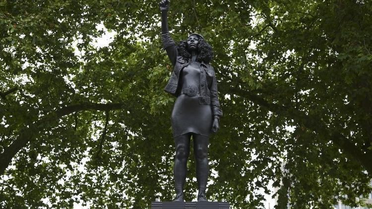 Estátua da manifestante negra Jen Reid é erguida em Bristol, Inglaterra  - GEOFF CADDICK/AFP - GEOFF CADDICK/AFP