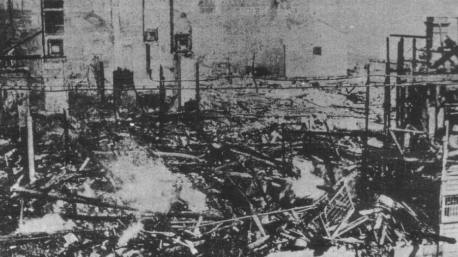 Sede de uma empresa produtora de arroz, Suzuki Shoten, queimada por manifestantes na cidade Kobe em 1918 - Reprodução