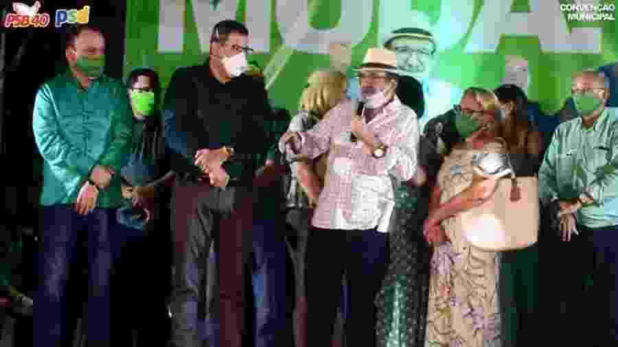 Assis Cipriano (ao centro, de blusa branca e chapéu) afirmou que tinha vergonha de roubar por ter um assessor honesto - Reprodução/YouTube/Assis Cipriano