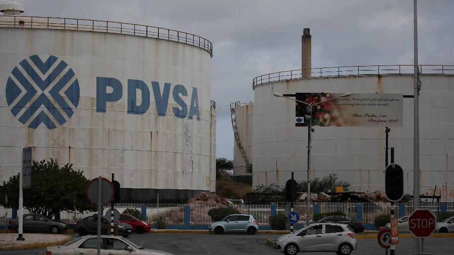 Tanques da PDVSA, empresa estatal da Venezuela, em Curação - Andres Martinez Casares/Reuters