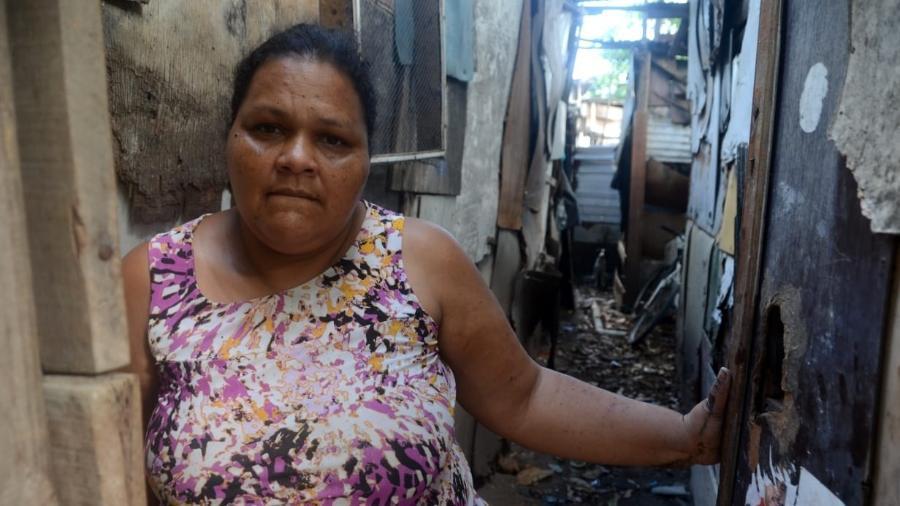 Jaqueline Araújo, que mora na favela Sururu de Capote, em Maceió, e vive com R$ 180 por mês que recebe do Bolsa Família - Beto Macário/UOL