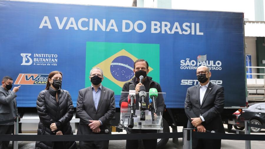 O Governador de São Paulo, João Doria (centro), durante a liberação de novas doses da vacina do Butantan para o PNI - Divulgação/Governo do Estado de São Paulo