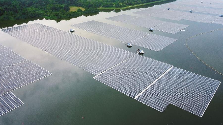 14.jul.2021 - Vista aérea do novo parque de energia solar flutuante da empresa de energia Sembcorb no reservatório de Tengeh em Singapura - AGÊNCIA NACIONAL DE ÁGUA DE SINGAPURA - PUB / AFP