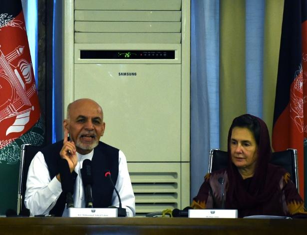 O presidente do Afeganistão, Ashraf Ghani, fala ao lado da mulher, Rula Ghani - Wakil Kohsur/AFP