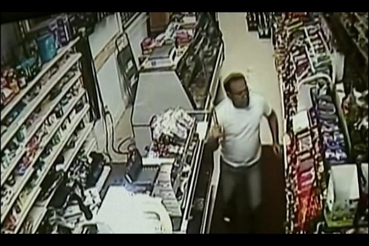 Armado com espada, lojista espanta ladrões mascarados