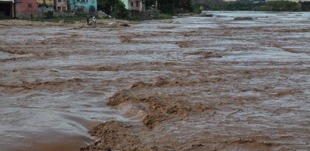 O rio Doce, em Governador Valadares (MG), foi tomado por rejeitos de minério de ferro