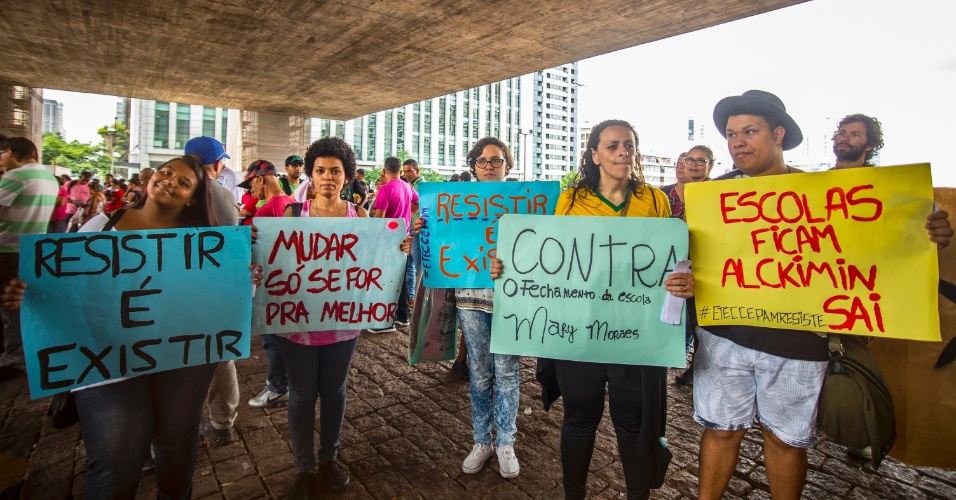 26.nov.2015 - Estudantes, pais de alunos, professores e integrantes de movimentos da Frente Povo Sem Medo protestam na tarde desta quinta-feira (26), na Avenida Paulista, em São Paulo, contra a reorganização escolar da rede estadual de ensino
