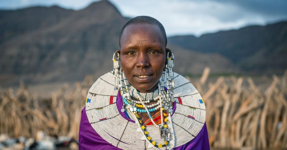 12.jan.2016 - Essa é Maria, da tribo masai, que segundo o fotógrafo romeno Vlad Cioplea foi o único nome que ele consegue se lembrar e pronunciar de toda a aldeia. A imagem faz parte do ensaio feito em outubro de 2015 durante expedição à Tanzânia. O fotógrafo de 30 anos passou 20 dias no país e registrou o cotidiano de três tribos locais: masai, bushman e tatoga. As mulheres usam roupas coloridas e joias durante as celebrações na tribo, quando as famílias sacrificam animais, como vacas e bodes