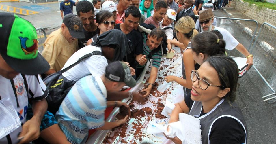 25.jan.2016 - Centenas de pessoas participaram da tradicional distribuição do Bolo do Bixiga, no bairro Bela Vista, na região central de São Paulo