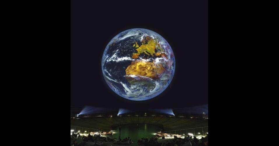 11.mar.2016 - O ponto principal da exposição é uma projeção gigante da Terra. Composta por imagens em alta resolução feita por satélites, a imagem vai mostrar a atmosfera do planeta - as mudanças do dia para noite e de uma estação para outra