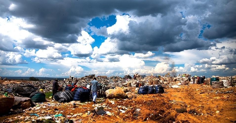 12.mar.2016 - O governo do Distrito Federal diz que desativará o lixão neste ano. Mas é possível que a área leve três décadas para se recuperar depois disso