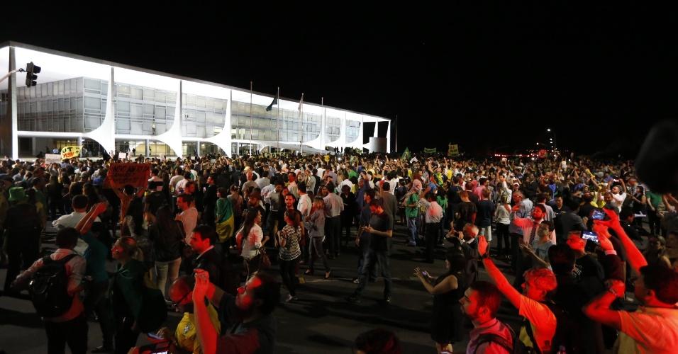16.mar.2016 - Palácio do Planalto fica cercado por manifestantes revoltados com nomeação do ex-presidente Luiz Inácio Lula da Silva (PT) a ministro da Casa Civil. Protesto começou por volta das 17h e segue noite adentro
