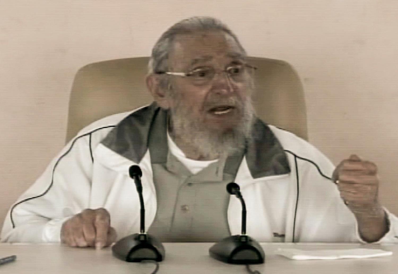 8.abr.2016 - Imagens da televisão estatal de Cuba mostram o ex-presidente Fidel Castro participando de um ato público em Havana nesta quinta-feira (7). O evento homenageou Vilma Espín, a mulher de Raúl Castro, que morreu em 2007 e é considerada uma das heroínas da revolução