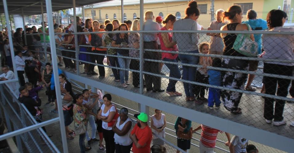 11.abr.2016 - Grande São Paulo inicia campanha de vacinação pública contra o H1N1 para grupo de risco. Nessa etapa, gestantes, idosos (a partir de 60 anos) e crianças de 6 meses a 5 anos devem ser vacinadas. A campanha foi antecipada no Estado por causa do aumento dos casos de H1N1. Já foram registradas 70 mortes por H1N1 e 537 casos da doença. Na imagem, pessoas aguardam em fila para vacinação na UBS Jardim Peri, na zona norte de São Paulo