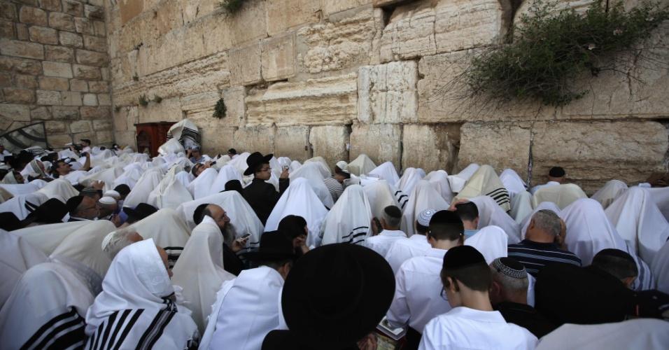 """25.abr.2016 - Judeus ortodoxos oram no Muro da Lamentações, em Jerusalém, no início das celebrações pela """"Festa da Libertação"""", considerada a Páscoa Judaica. Milhares de peregrinos são esperados na cidade durante os oito dias do feriado"""