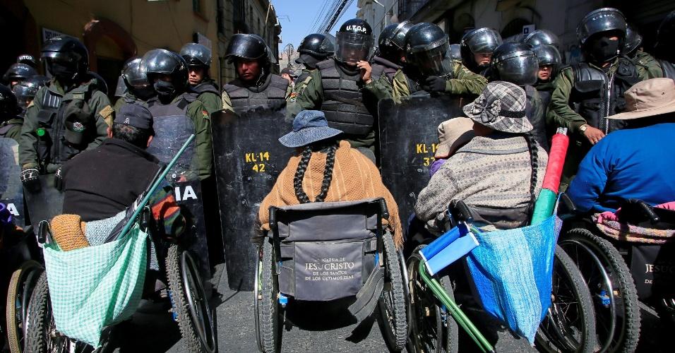 12.mai.2016 - Manifestantes com deficiência tentam passar por barreira da polícia durante um protesto contra o governo em La Paz, na Bolívia