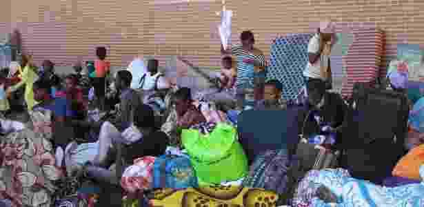 Imigrantes se alojam na Praça da República, em Mamoutzou (Mayotte) - Ornella Maberti/AFP