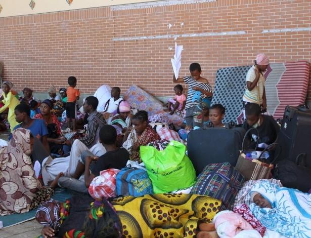 Imigrantes se alojam na Praça da República, em Mamoutzou (Mayotte)