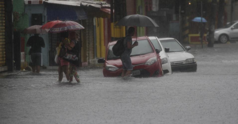 30.mai.2016 - Em apenas seis horas, choveu no Recife, em Pernambuco, o equivalente a 36% do previsto para todo o mês de maio. Dois deslizamentos de terra foram registrados e uma criança morreu. A prefeitura orientou a população a ficar em casa nesta segunda-feira. Na imagem, a Rua do Riachuelo, no Centro do Recife, ficou inundada. A previsão é de chuva forte até a manhã do dia 31 em toda a zona da Mata e na região metropolitana