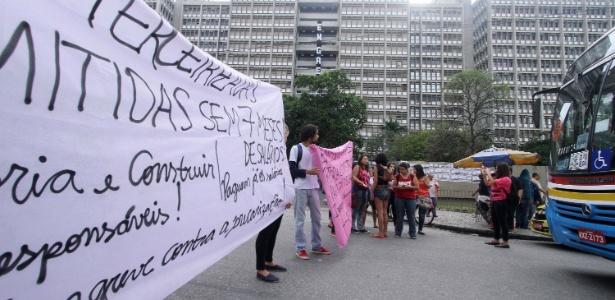 Estudantes da Uerj bloqueiam os dois sentidos da rua São Francisco Xavier em protesto pelo atraso no pagamento dos servidores terceirizados