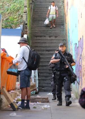 21.jun.2016 - Policiais militares em busca pelo traficante Fat Family, que foi resgatado por criminosos de dentro do hospital