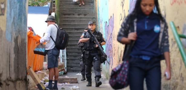 Policiais procuram Fat Family na favela Santo Amaro, no Catete, zona sul do Rio