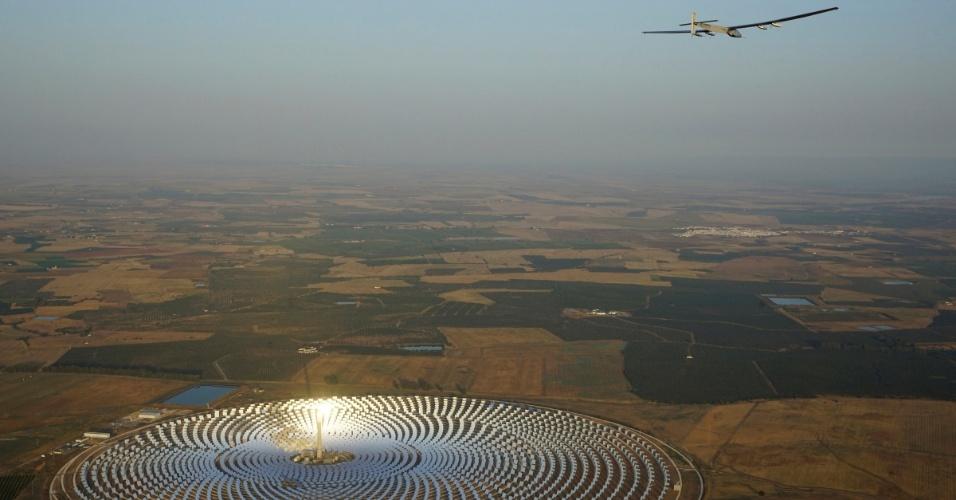 11.jul.2016 - O Solar Impulse 2, avião movido a energia solar, pilotado pelo aviador suíço Andre Boschberg, voa sobre a usina solar Gemasolar, em Sevilha, na Espanha, após decolar em direção a Cairo (Egito), a partir do aeroporto de San Pablo. Esta é a penúltima etapa da volta ao mundo utilizando o sol como único combustível