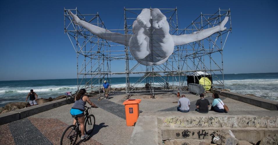 2.ago.2016 - Instalação do artista francês JR mostra homem mergulhando no mar da Barra da Tijuca, zona oeste do Rio de Janeiro, em referência ao início das Olimpíadas