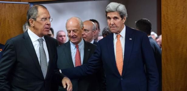 O chanceler russo, Sergei Lavrov (esq), o enviado especial da ONU para a Síria, Staffan de Mistura (centro) e o secretário de Estado dos EUA, John Kerry (dir), encerram reunião a portas fechadas em Genebra, na Suíça