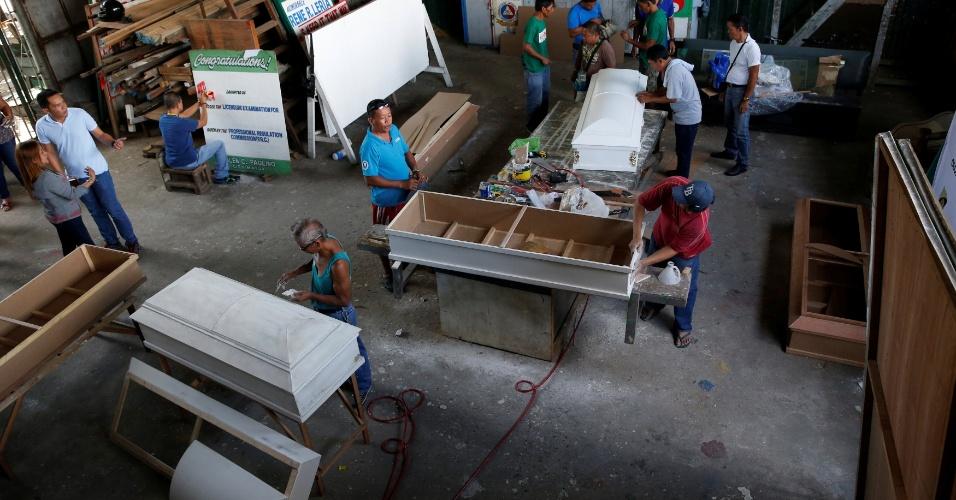 5.out.2016 - Usuários de drogas produzem caixões em centro de reabilitação em Olongapo, nas Filipinas