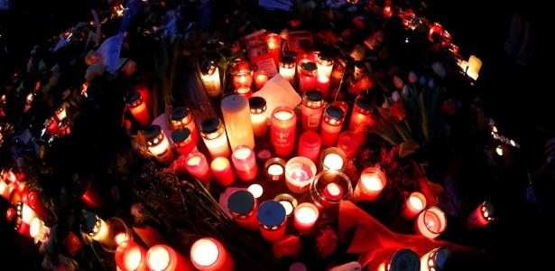 Velas foram acesas ao lado do mercado de Natal em Berlim, na Alemanha