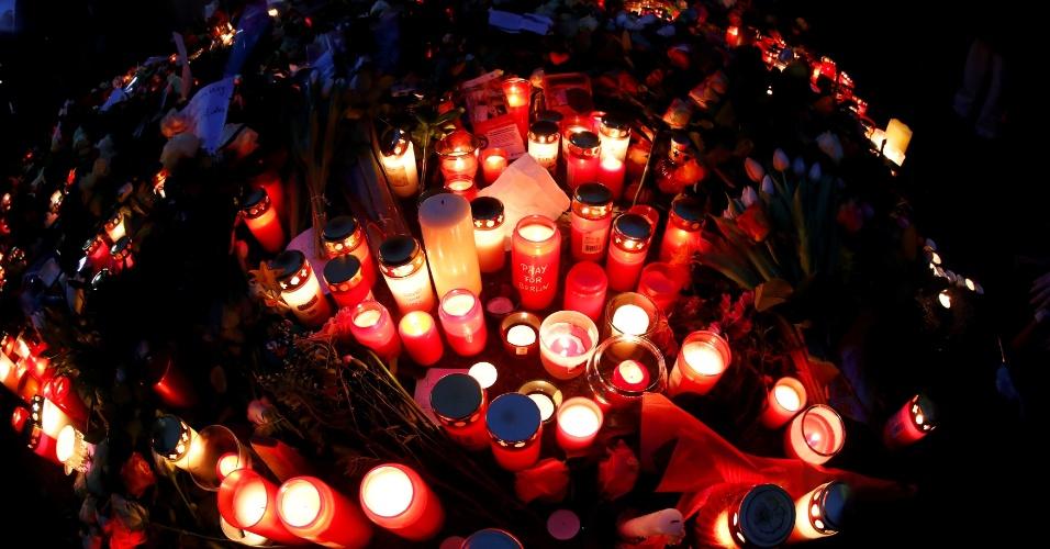 20.dez.2016 - Velas foram acesas ao lado do mercado de Natal em Berlim, na Alemanha, onde um caminhão colidiu com uma feita natalina e matou ao menos 12 pessoas